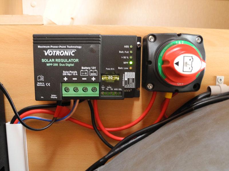 Votroniv Solarladeregler MPP 250 Duo Digital und Batteriewahlschalter